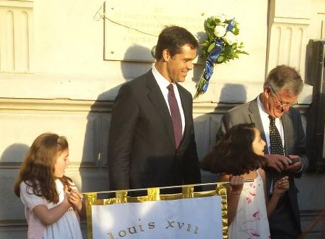 Louis XX rend hommage à Louis XVII