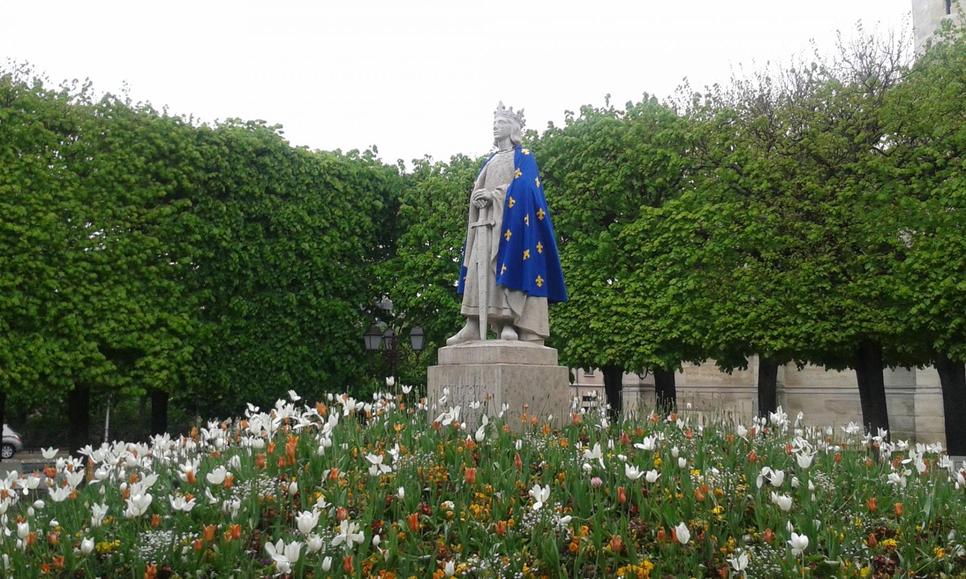 Poissy la statue de Saint-Louis renverse à la collegiale