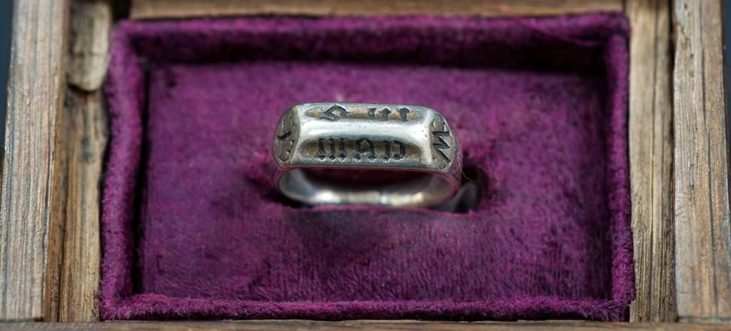 Le Puy du Fou reprend l anneau de Jeanne d'Arc aux Anglais